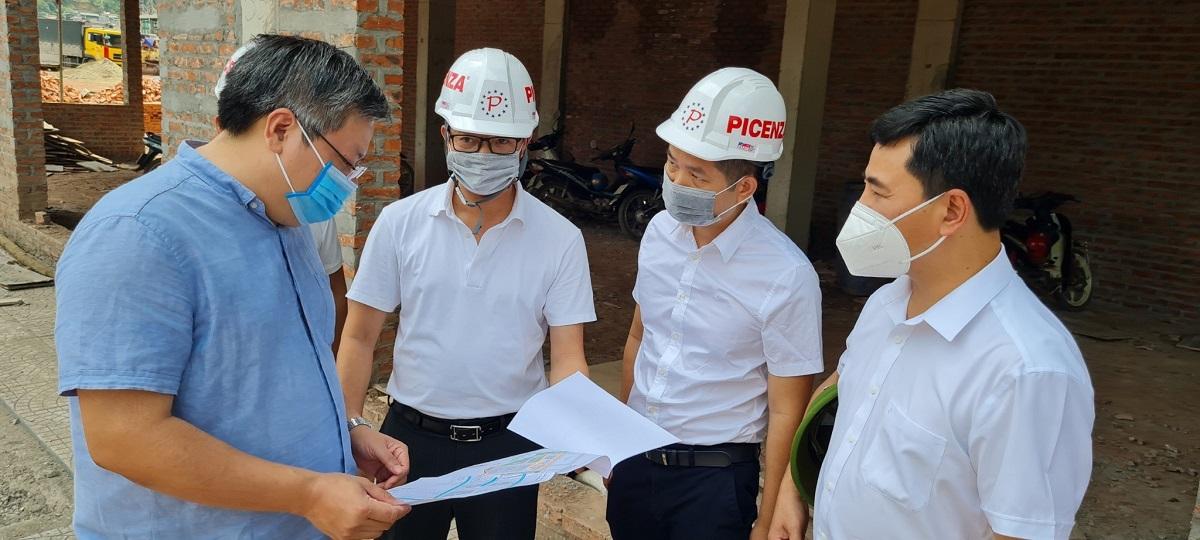 Đại diện các ban ngành kiểm tra, rà soát chất lượng và tiến độ thi công dự án